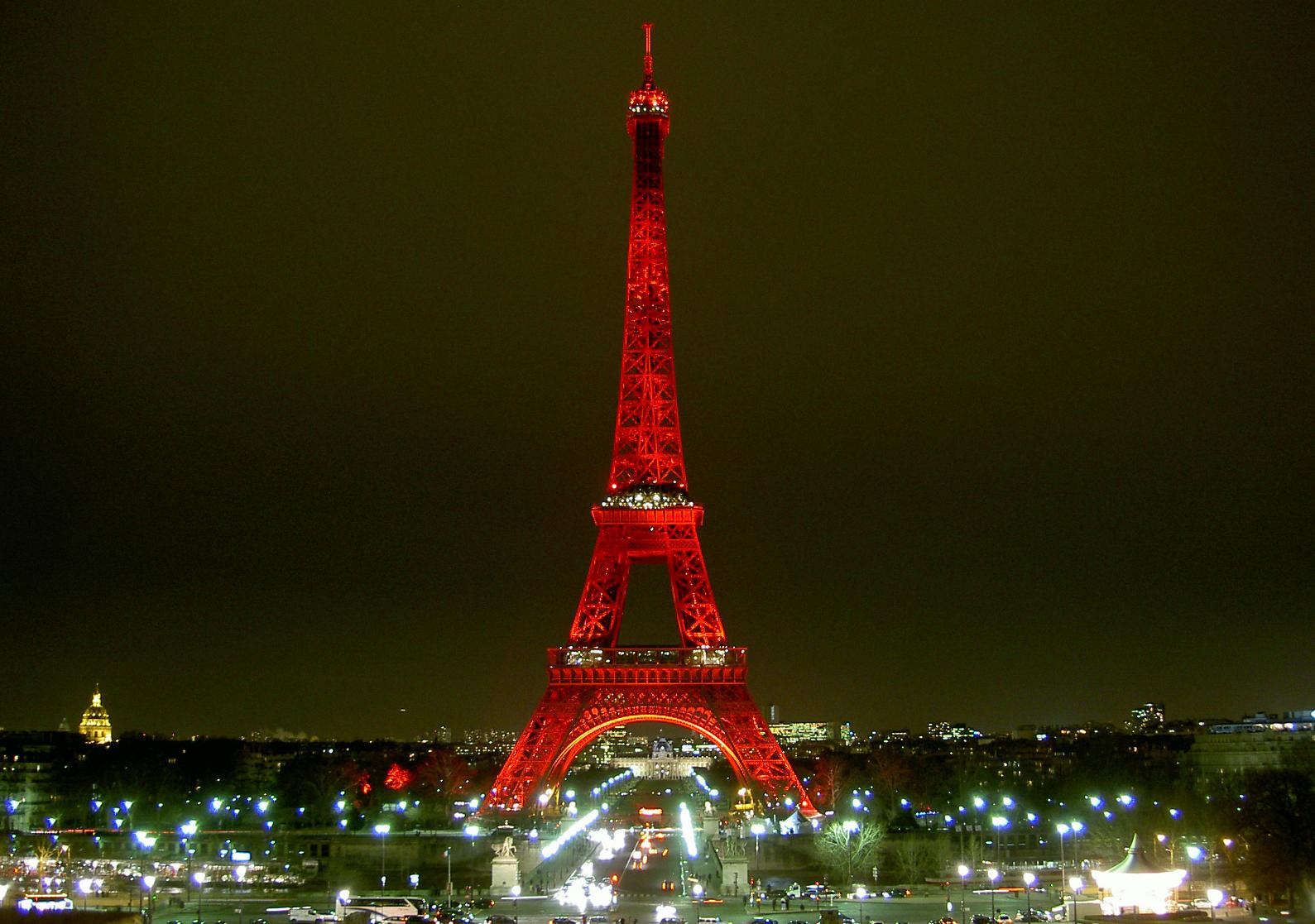 tour-eiffel-en-rouge